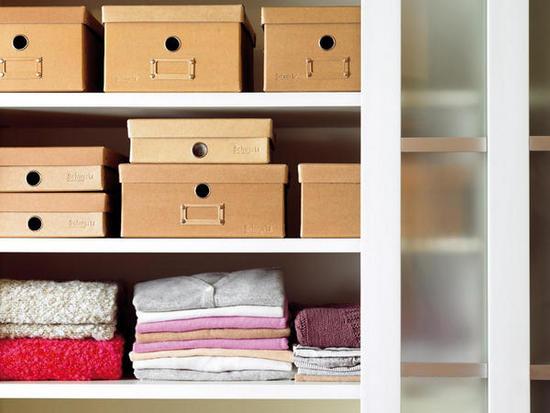 C mo organizar tu armario el attelier magazine for Cajas para guardar ropa armario