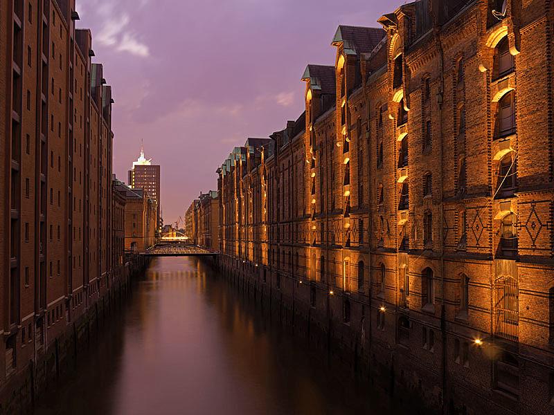 Lago que envuelve las calles de Hamburgo