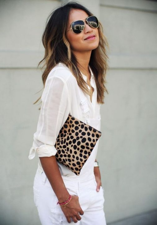 Look total white con clutch animal print de SincerelyJules