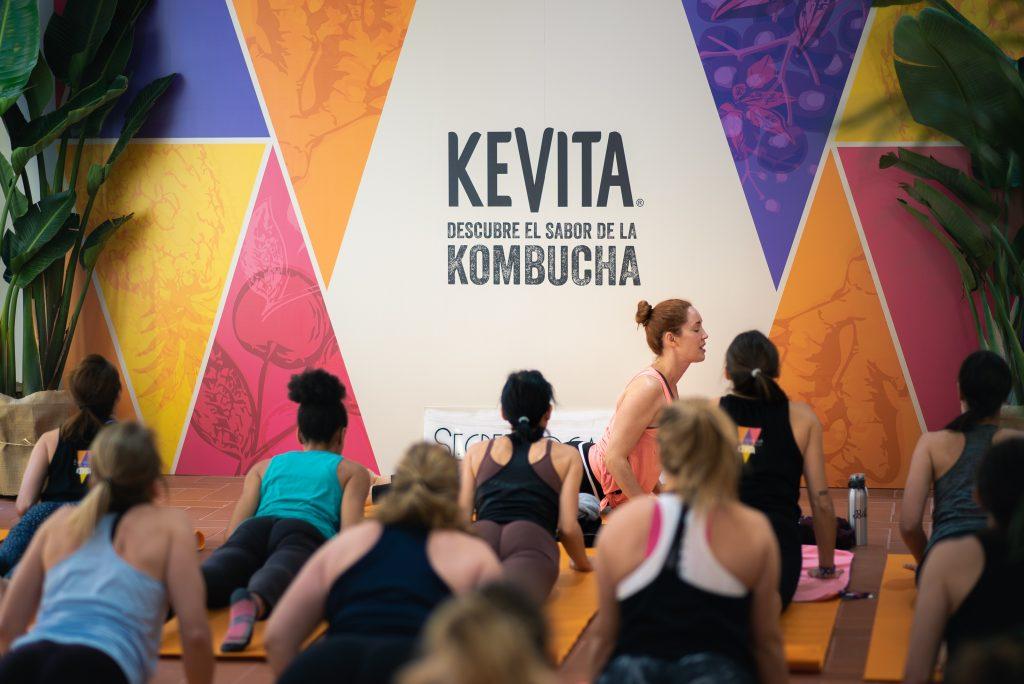 Carla Sánchez durante la clase de Yoga con sus alumnas.