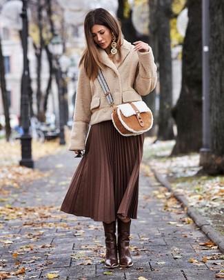 Botas de piel marrón con falda midi