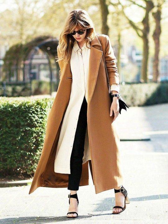 Abrigo largo combinado con un vestido y pantalón por debajo. Foto: Pinterest.