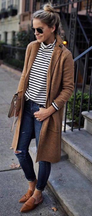 Look informal con jeans y un jersey de estilo marinero y con con cuello alto. Foto: Pinterest.