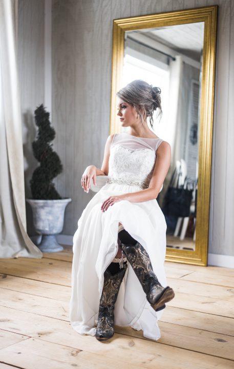 Novia vestida con botas