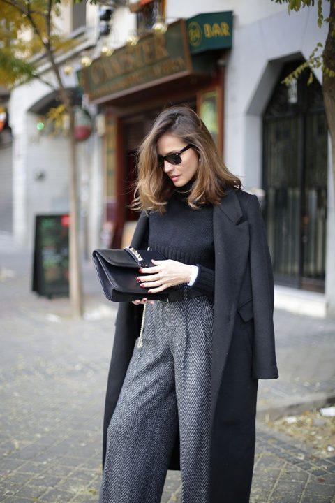 Look con jersey, pantalones y abrigo largo sobrepuesto. Foto: Pinterest.