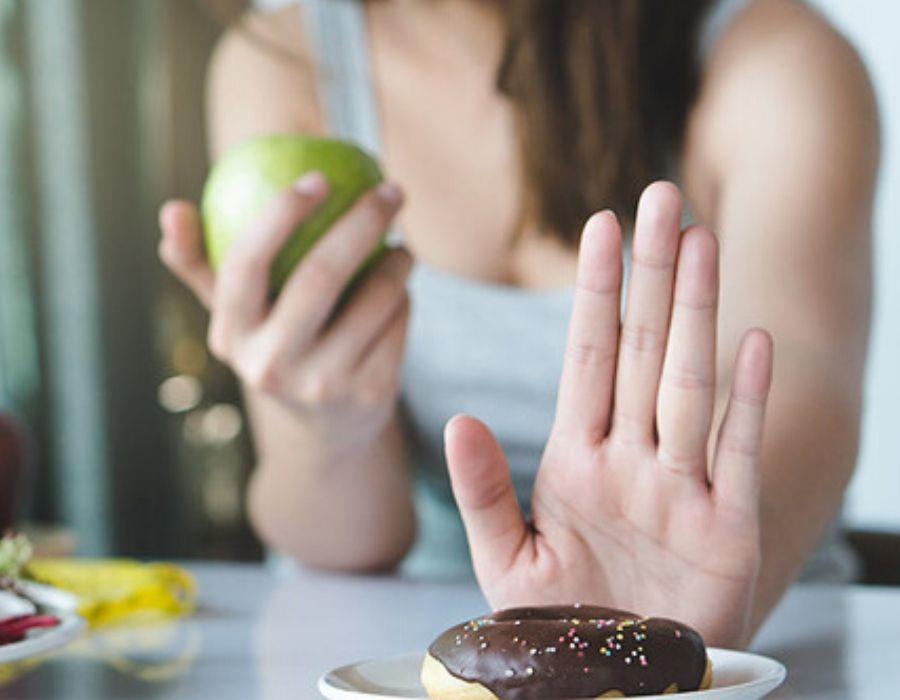 Persona a dieta tratando de evitar un alimento procesado
