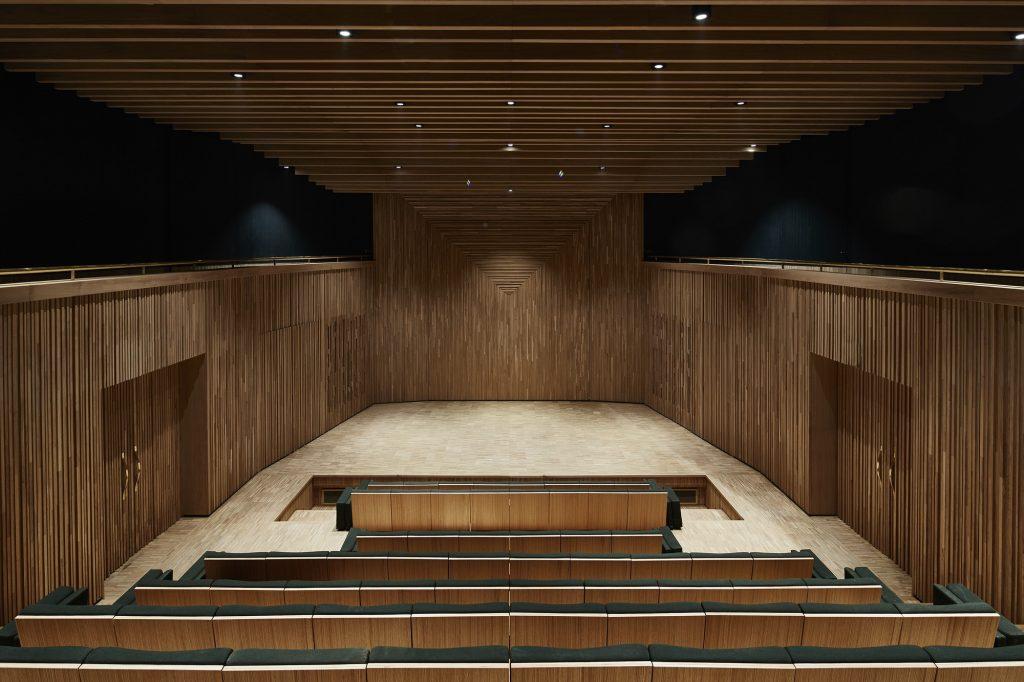 Auditorio en el museo de YSL