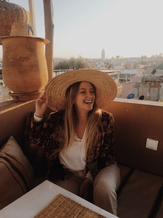 Gara Sevilla con sombrero en el Café Atay con chaqueta estampada