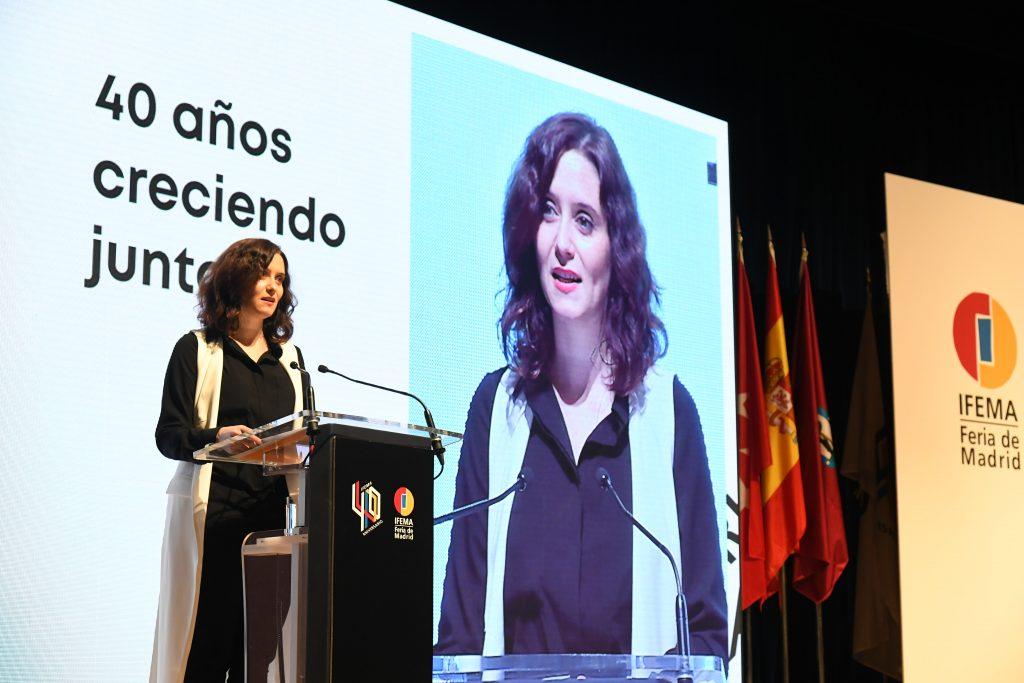 La presidenta de la Comunidad de Madrid, Isabel Díaz-Ayuso exponiendo su discurso de clausura |Foto: IFEMA.