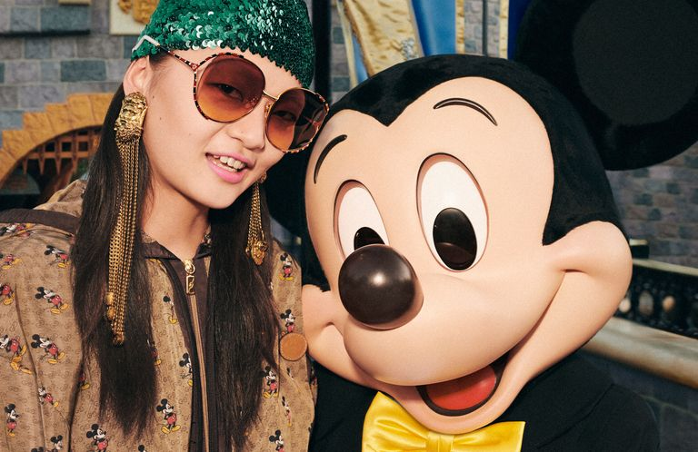 Mickey Mouse junto a la modelo