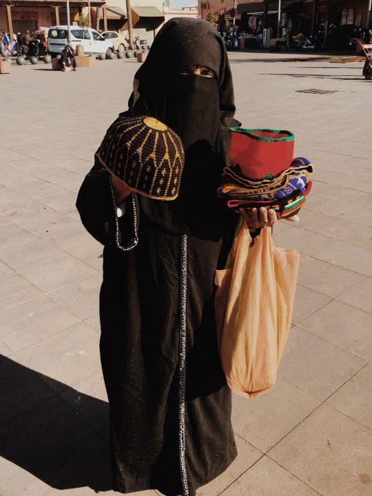 Mujer local, venta ambulante