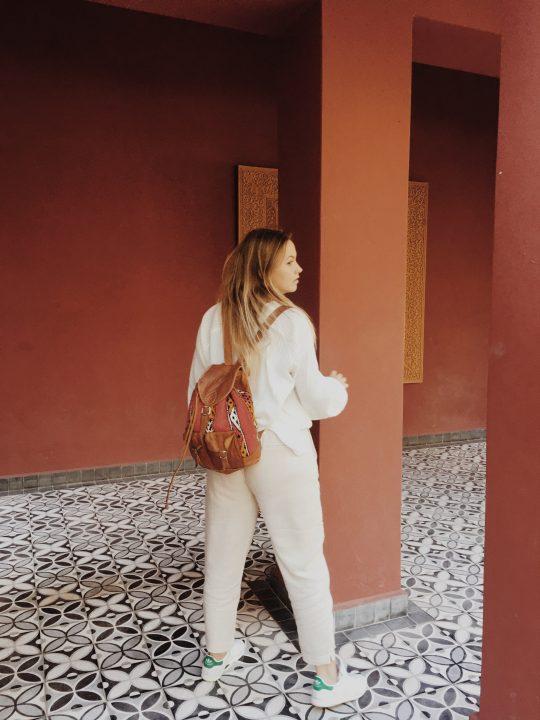 Gara Sevilla con mochila marroquí