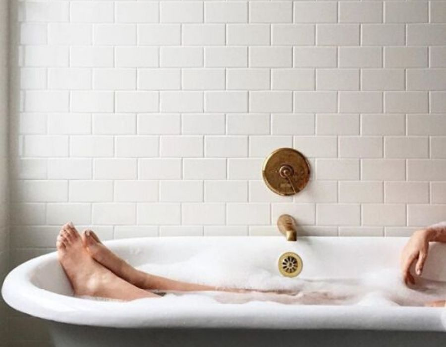 Relajarse dándose un baño