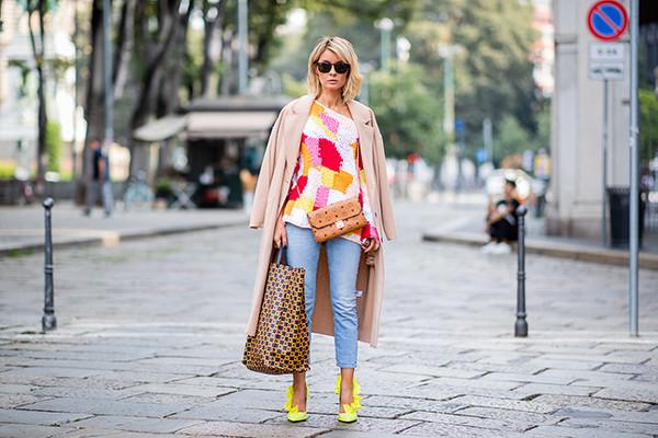 Moda de llevar dos bolsos